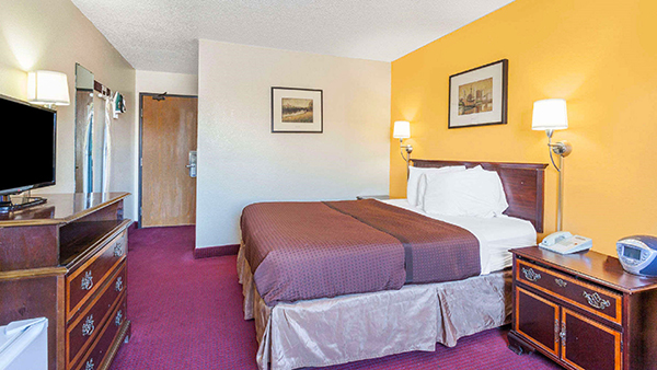 http://memorialcoliseum.com/images/Images/Where_to_Stay_Images/Magnuson/MH_Guestroom_King2.jpg