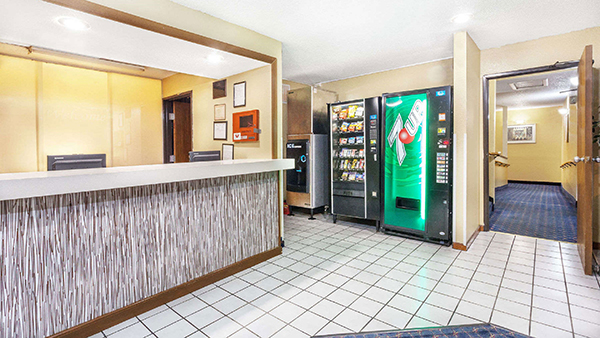 http://memorialcoliseum.com/images/Images/Where_to_Stay_Images/Magnuson/MH_Property_Lobby1.jpg