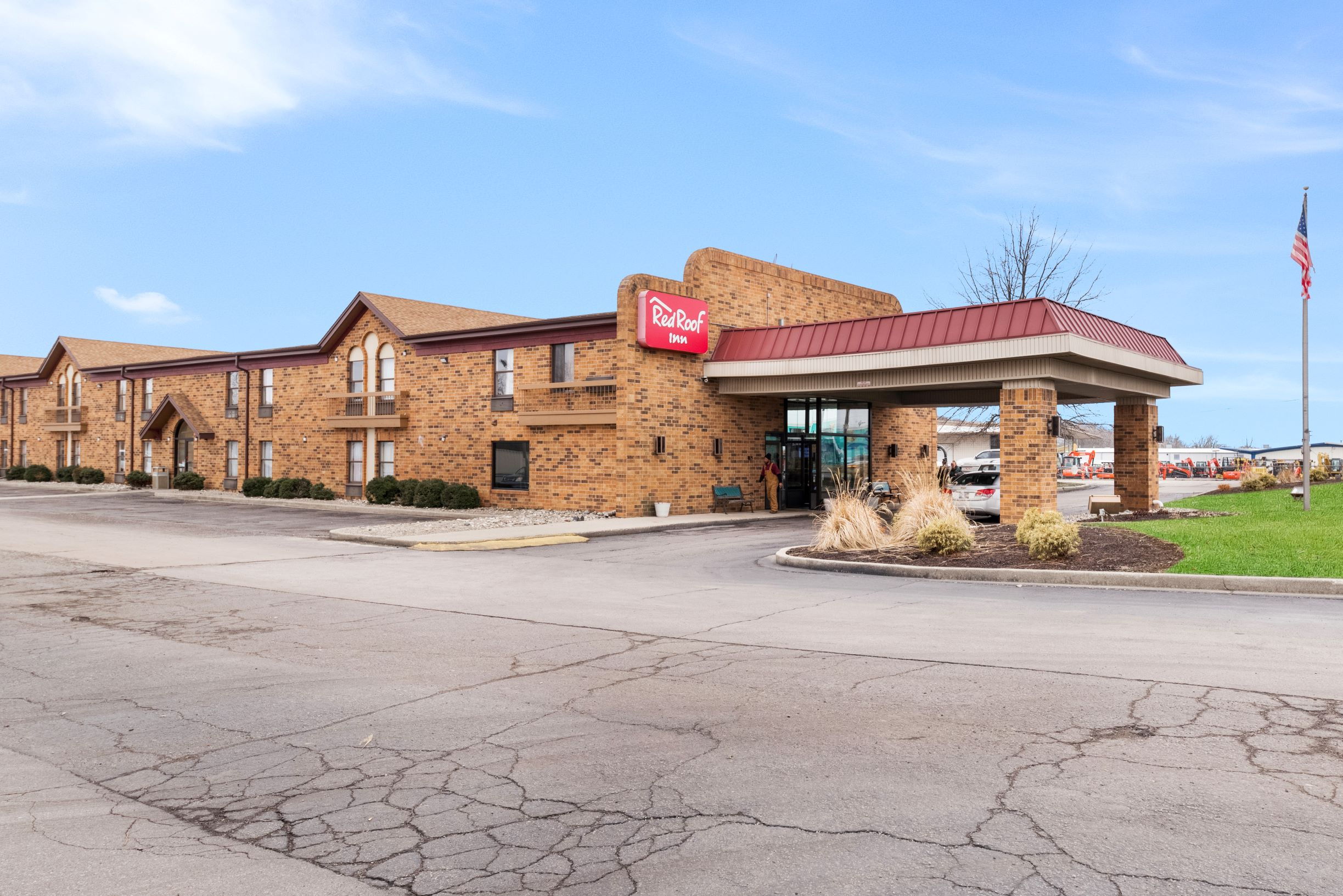 http://memorialcoliseum.com/images/Images/Where_to_Stay_Images/Red_Roof_Inn/RRI0339_Exterior_1-2.jpg