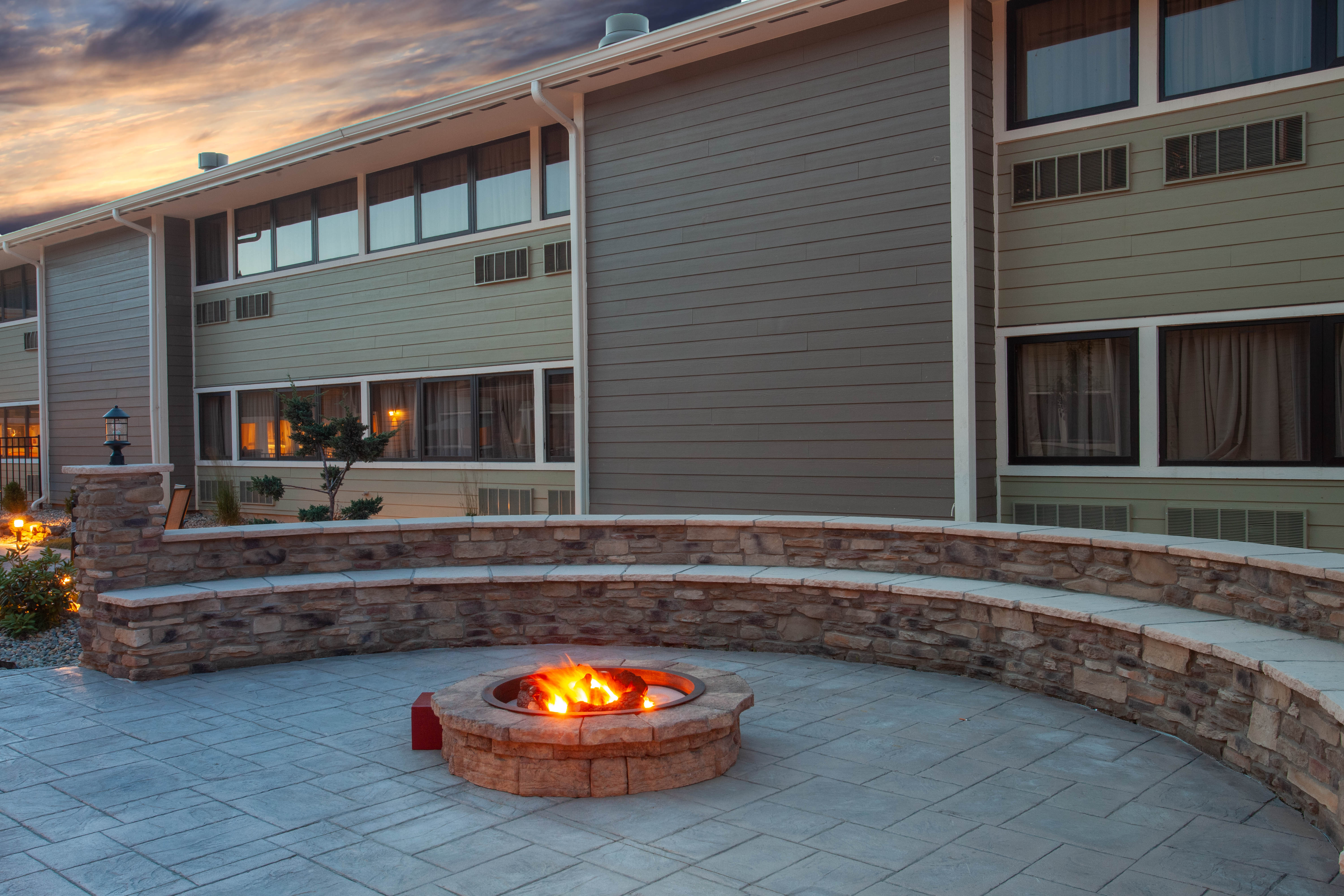 http://memorialcoliseum.com/images/Images/Where_to_Stay_Images/Wyndham_Garden/Firepit.jpg