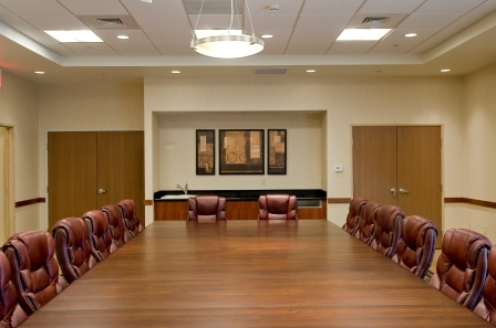 https://memorialcoliseum.com/images/Images/Where_to_Stay_Images/HolidayInn/Conference-Room.jpg