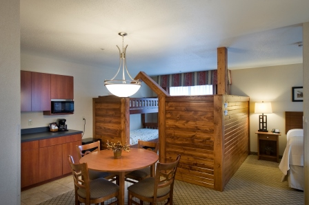 https://memorialcoliseum.com/images/Images/Where_to_Stay_Images/HolidayInn/Kids-Suites1.jpg